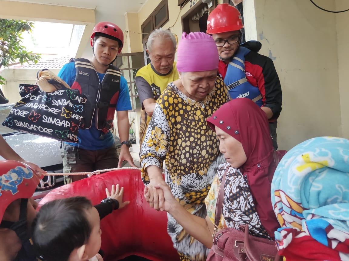 Bantu Evakuasi warga saat banjir jabodetabek 2020