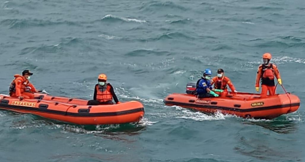 Foto : Human Initiative bersama relawan lain sedang melakukan operasi SAR