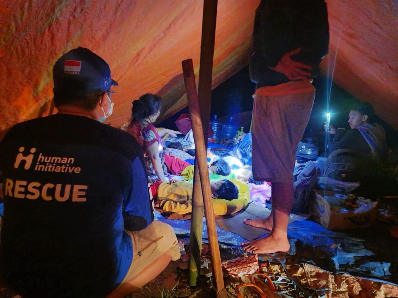 Foto : Tim Human Initiative melihat kondisi di dalam pengungsian Kecamatan Malunda