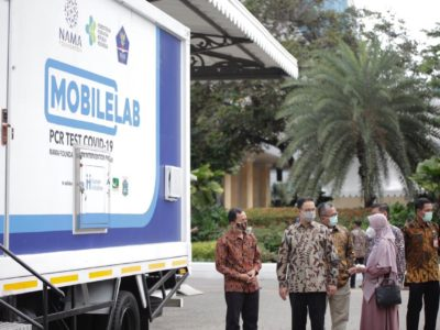 Gubernur DKI Jakarta Anies Rasyid Baswedan beserta Presiden Human Initiative Tomy Hendrajati Meninjau Mobile Labs