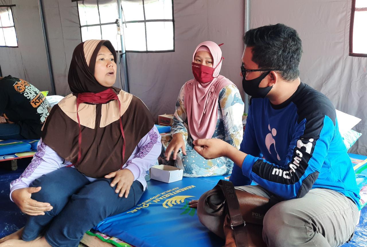 Tim Human Initiative sedang melakukan assesment bersama warga di pengungsian