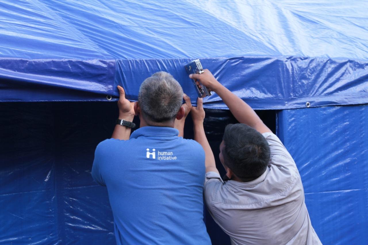 Foto : Tim  human initative sedang membangun Rumah Senyum bagi para Penyitas.