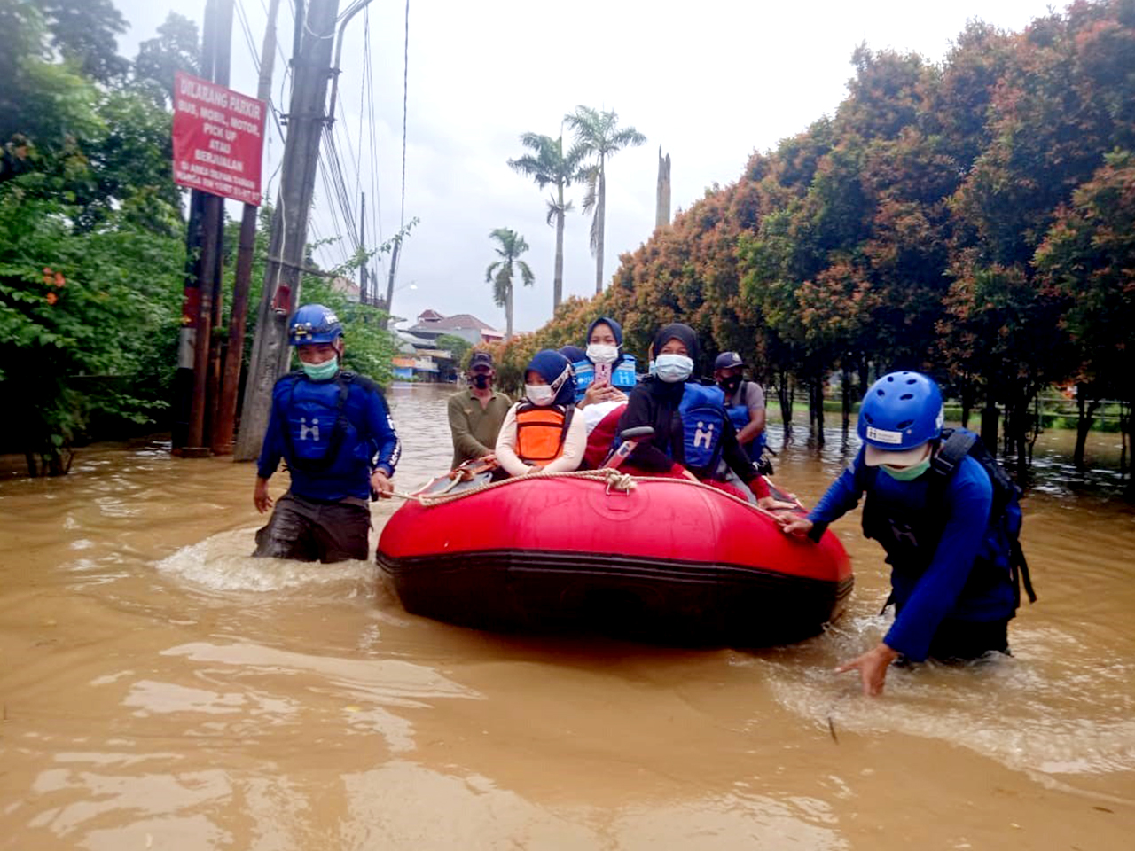 Foto: Sampai saat ini tim relawan Human Initiative masih bertahan dan lakukan evakuasi