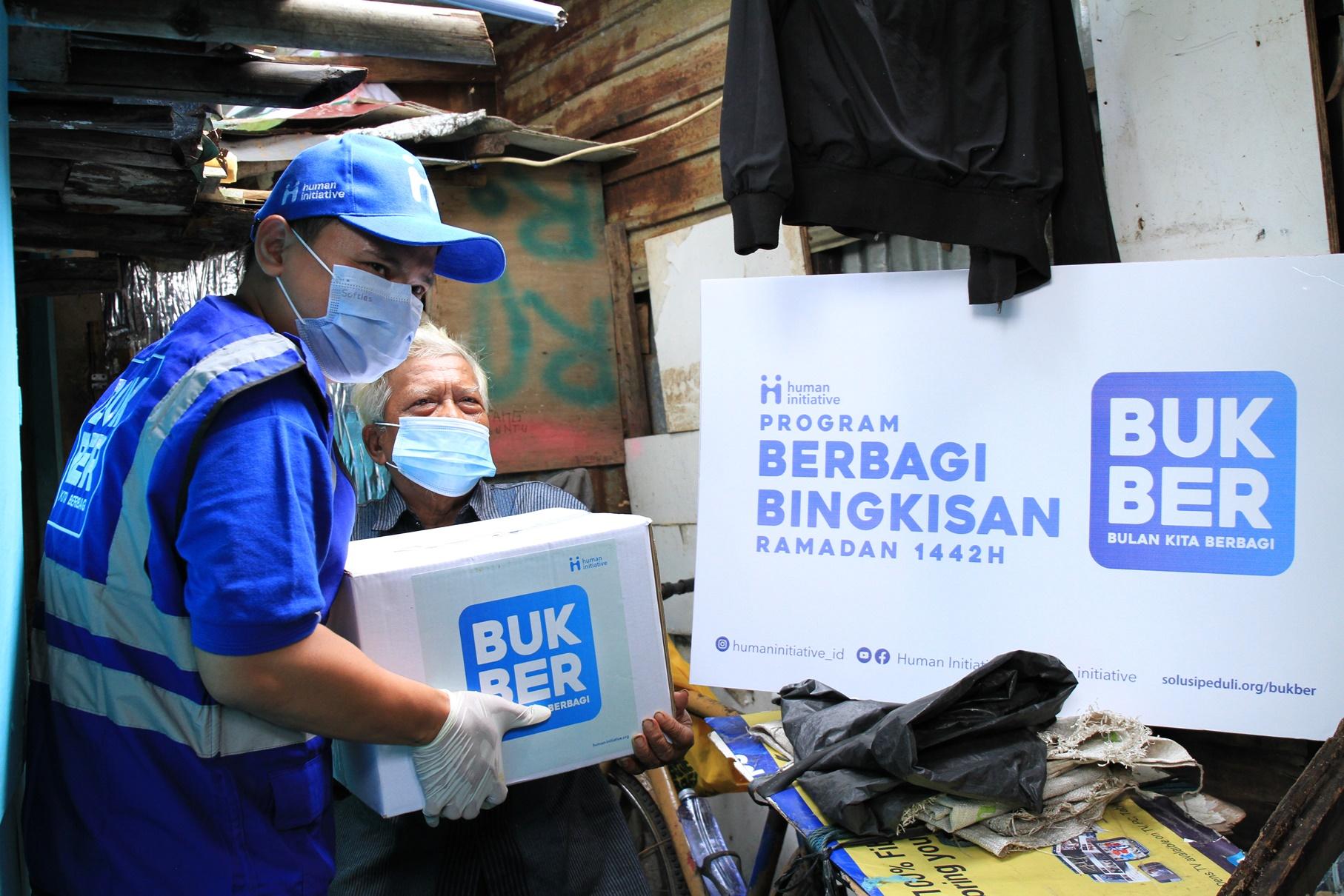 Relawan Human Initiative sedang mendistribusikan paket bingkisan Ramadan kepada penerima manfaat di kampong Gasong, Tebet.