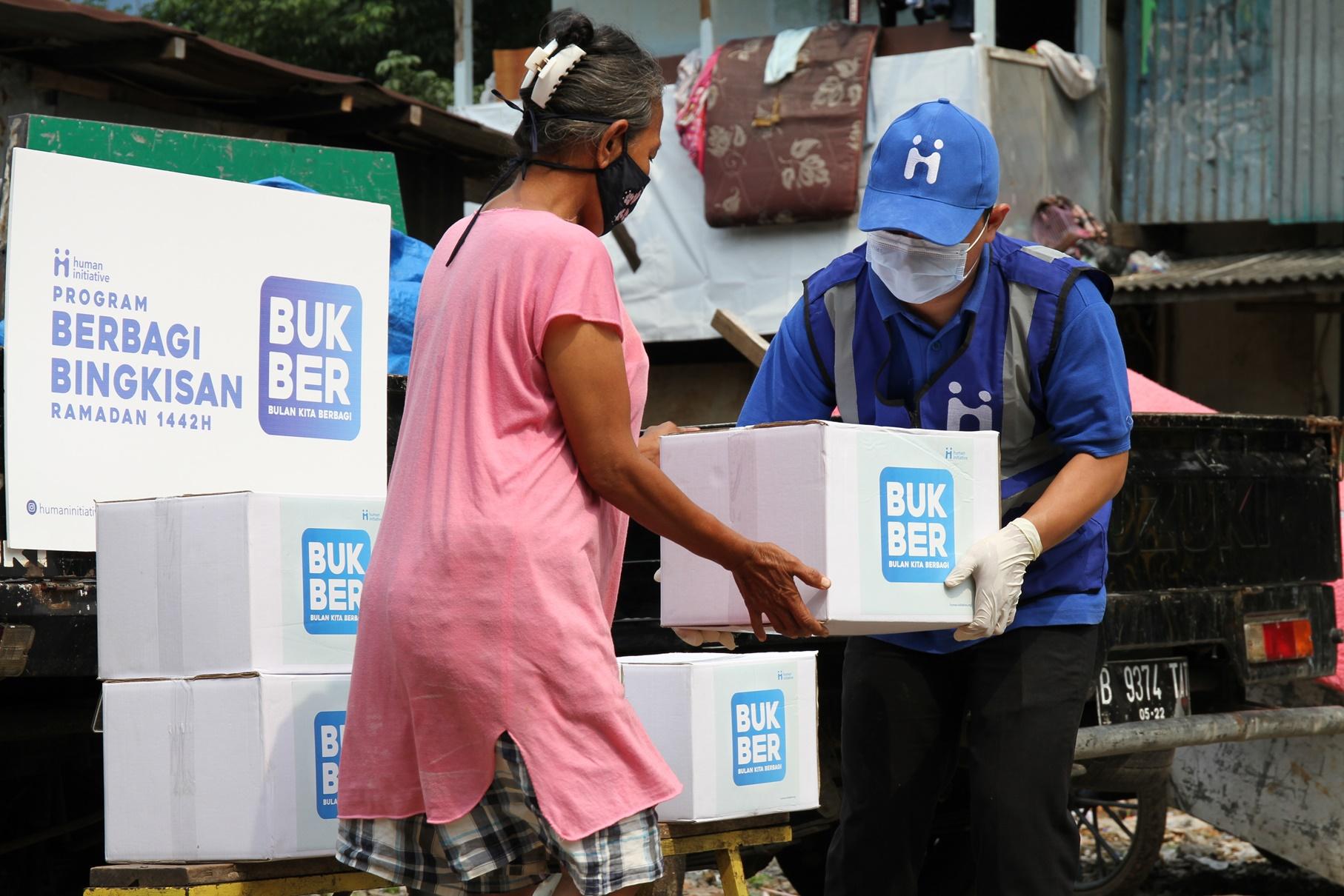 Distribusi paket bingkisan oleh Relawan Human Initiative di Kampung Gasong, Tebet.
