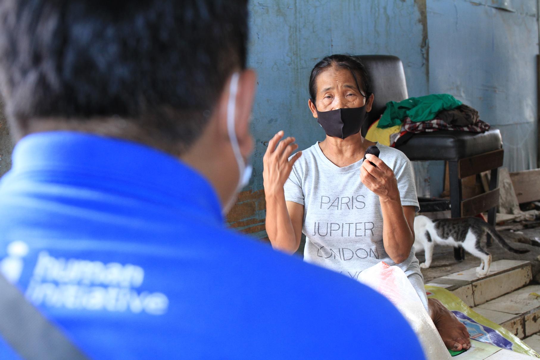 Salah satu warga sedang bercerita tentang kondisi ekonominya kepada relawan Human initiative