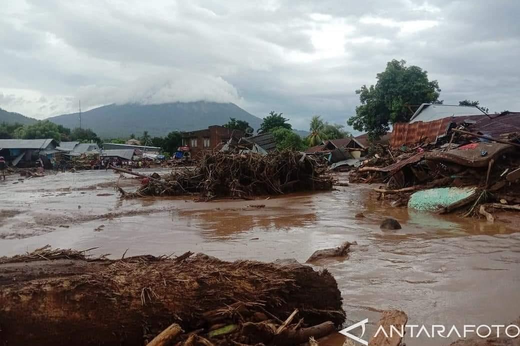 Ratusan Rumah Rata dengan Tanah Akibat Tersapu Derasnya Arus Banjir Bandang di Flores Timur, NTT