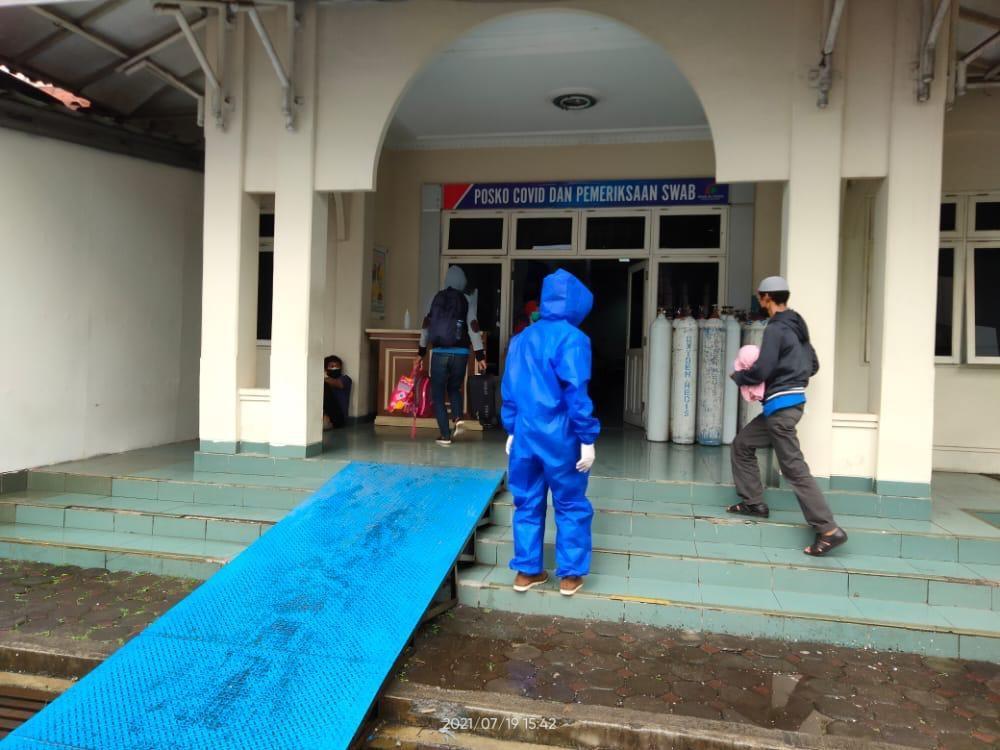 Foto : Relawan Human Initiative sedang mengantarkan pasien positif  ke Posko COVID dan Pemeriksaan Pasien