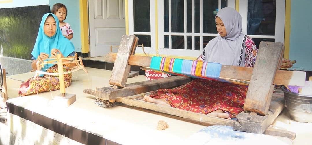 تمكين المرأة من خلال نسج لومبوك التقليدي